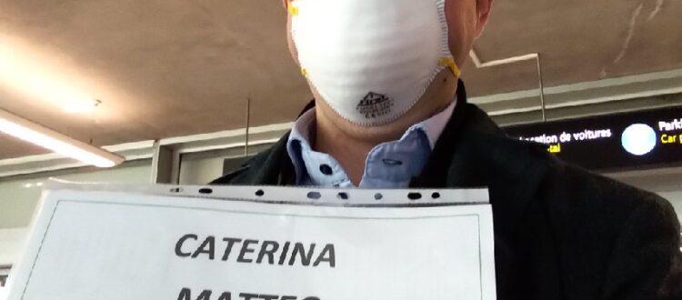 autista in attesa con maschera causa Coronavirus